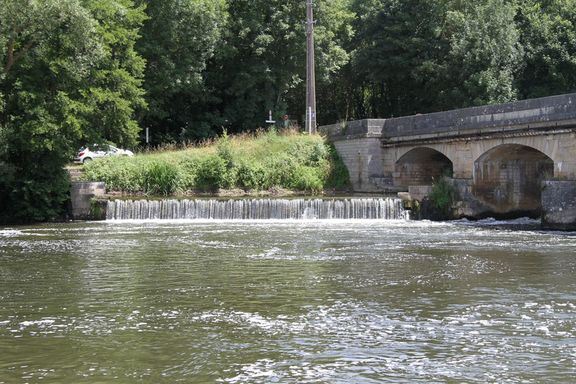 The Yonne flowing fast near Vincelottes